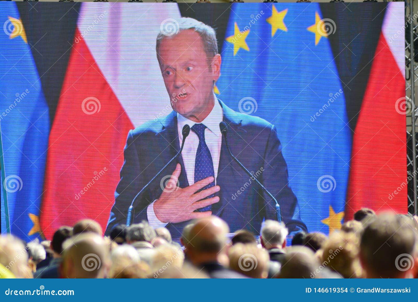 Donald Tusk der Pr?sident des Geschenkes des Europ?ischen Rates in Warschau ersuchte Polens um Spitzenpolitiker, das constitu zu