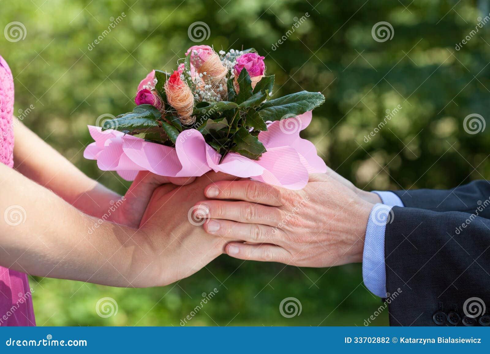 Donante del hombre flores