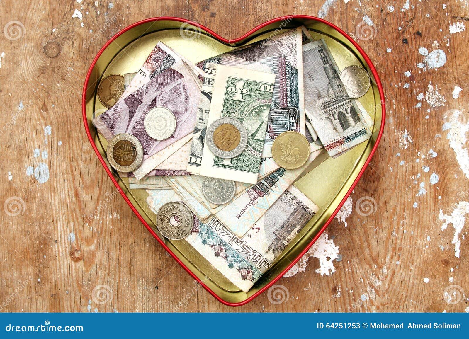 Donation d argent dans la boîte de coeur