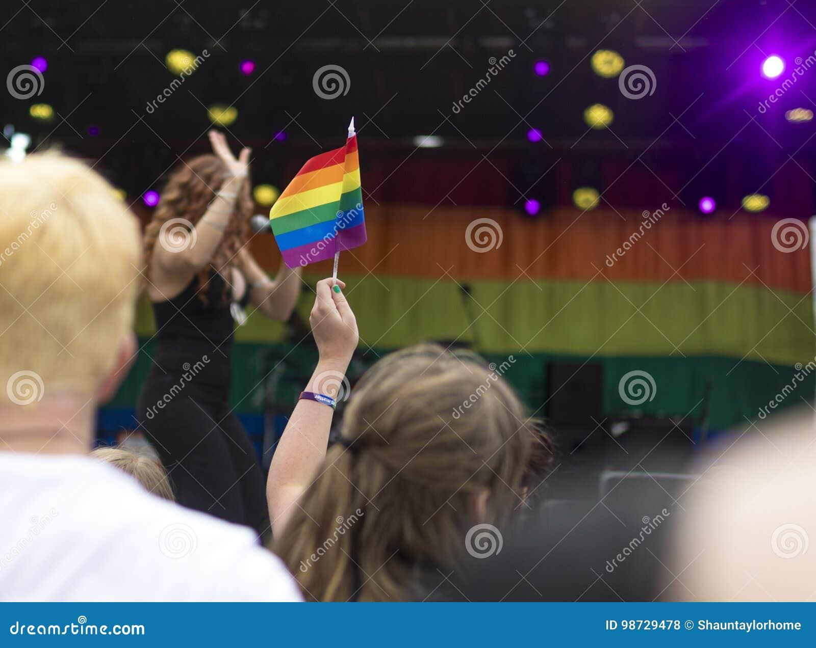 Doncaster orgulho festival do 19 de agosto de 2017 LGBT, bandeira do arco-íris, festiva