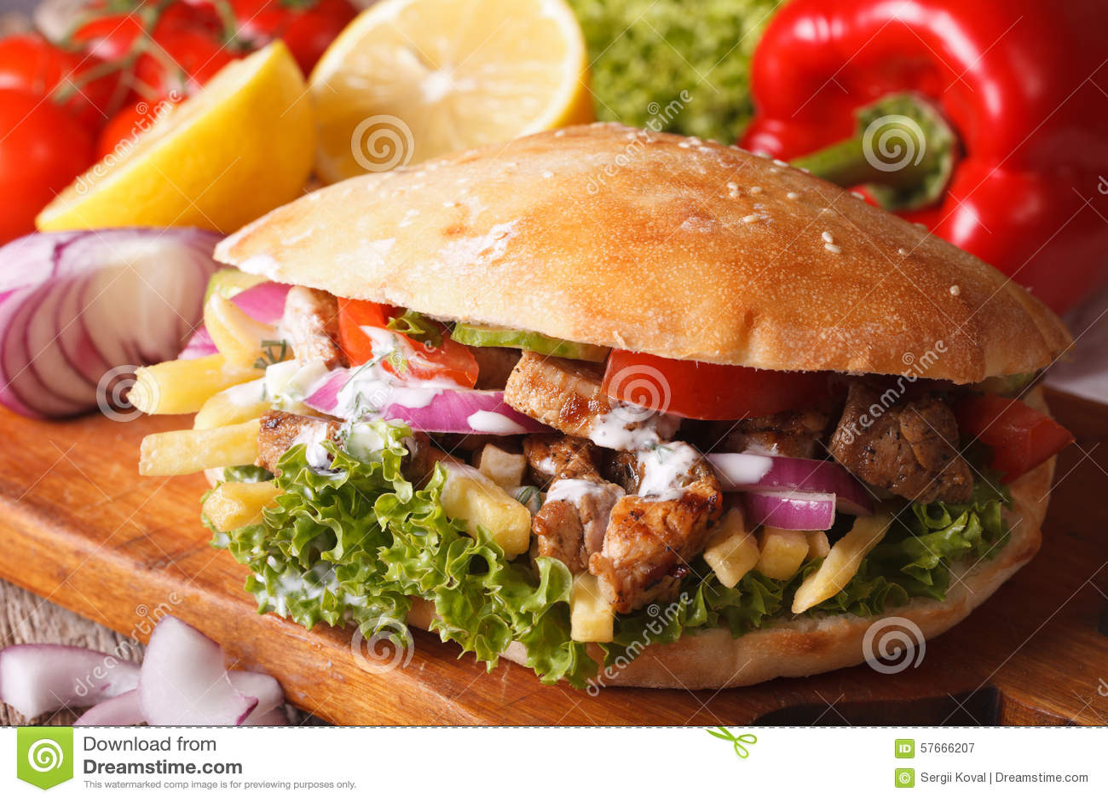 Doner kebab z mięsem i warzywa zbliżeniem horyzontalny