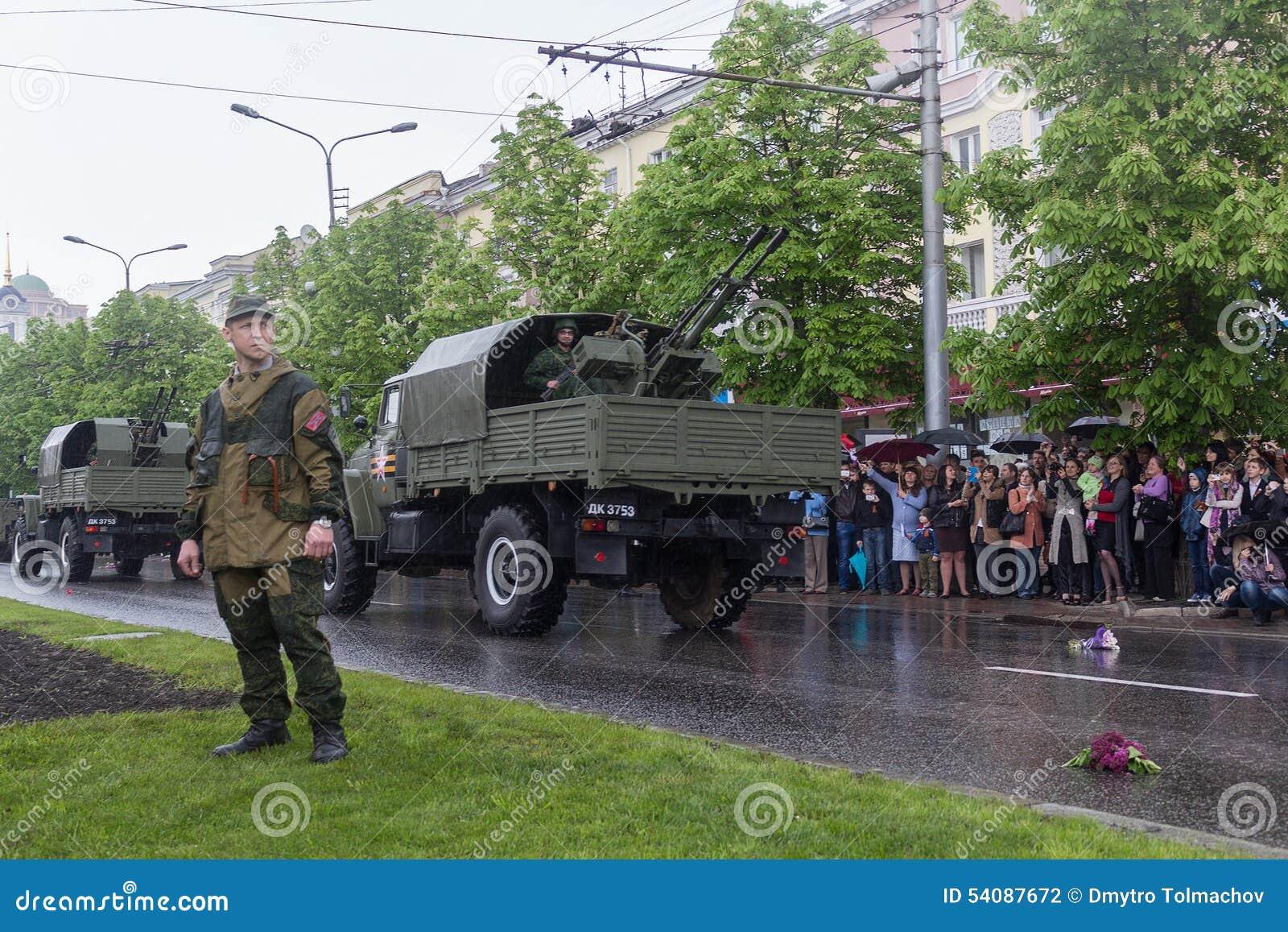 Donetsk - Mei 9, 2015: Rep van de Mensen van militaire uitrustingdonetskoy
