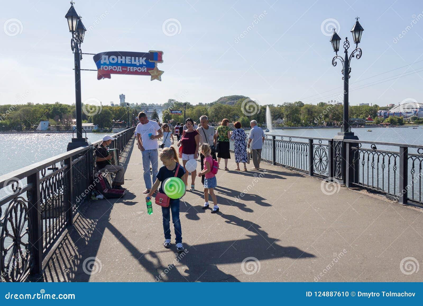 Donetsk, Ukraine - 26 août 2018 : Les gens sur le pont en parc Shcherbakova
