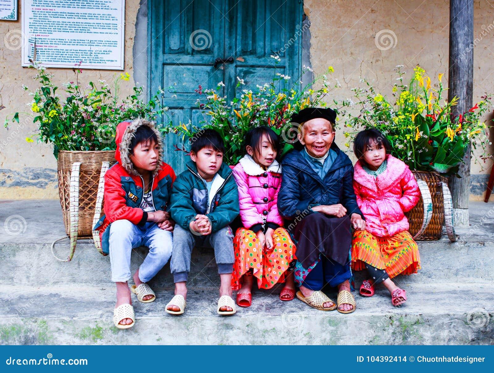 DONG VAN, HA GIANG, VIETNAM, le 18 novembre 2017 : La minorité ethnique non identifiée badine avec des paniers de fleur de graine