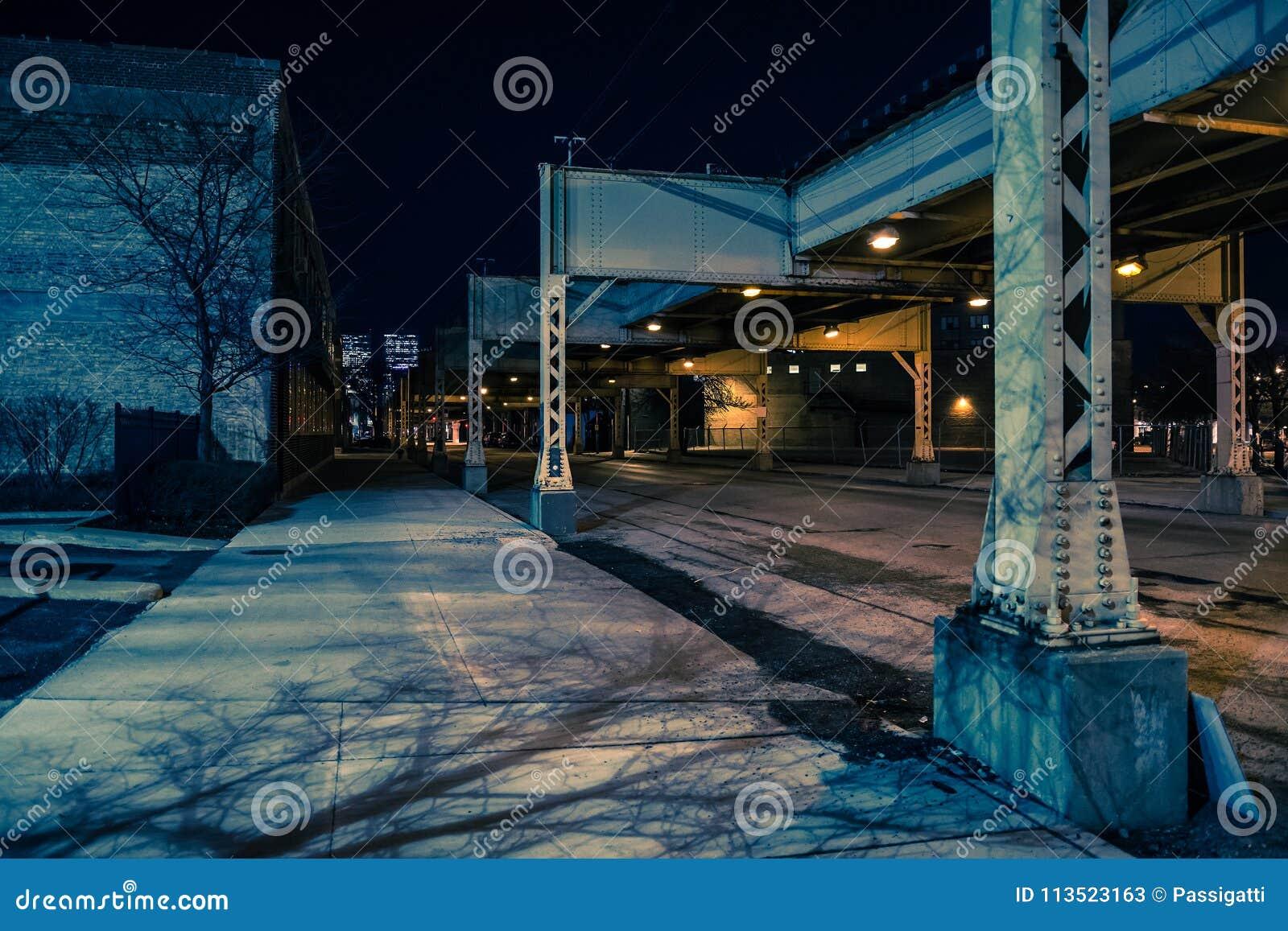 Donker en angstaanjagend van de de stadsstraat van Chicago stedelijk de nachtlandschap