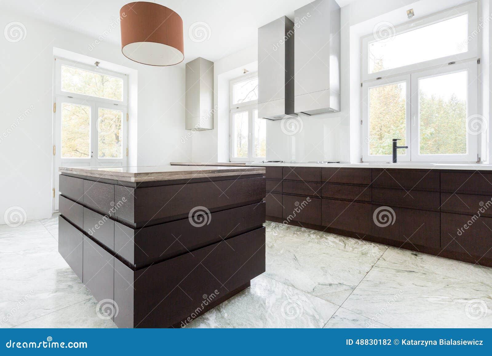 Moderne Keuken Donker : Donker meubilair in moderne keuken stock foto afbeelding