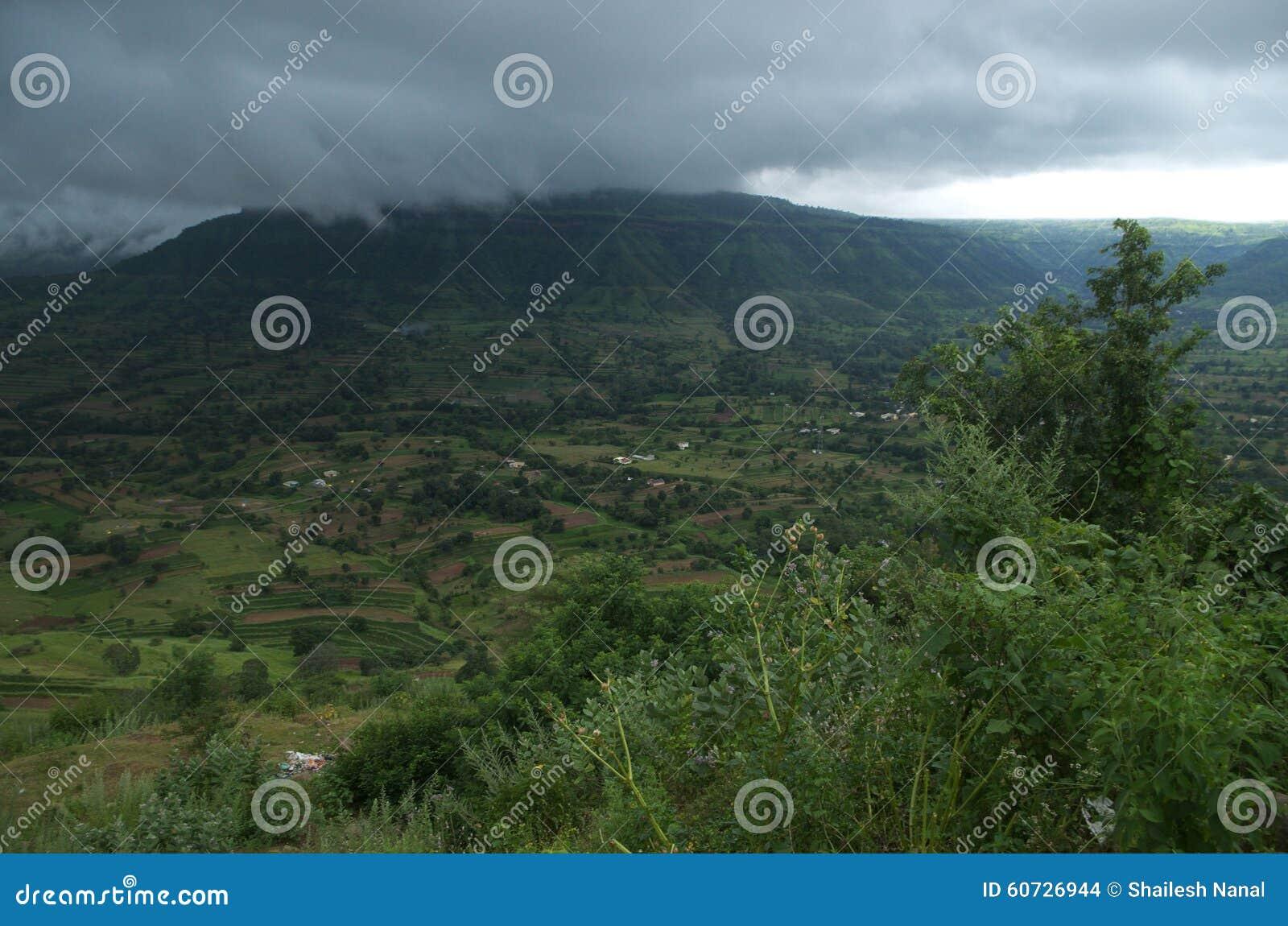 Donker moessonlandschap in Sajjangad