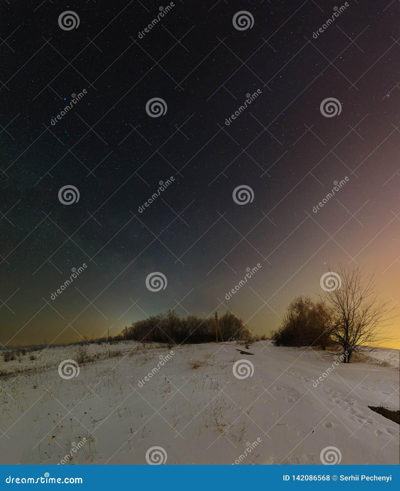 Donker nachtlandschap met Melkweg Het landschap van de de winternacht in Kryviy Rih, de Oekraïne