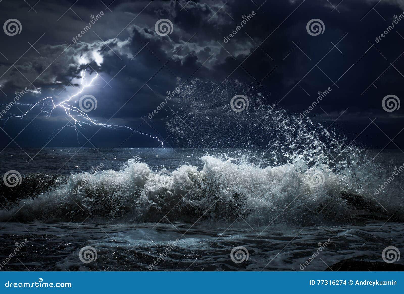 Donker oceaanonweer met het lgihting en golven bij nacht