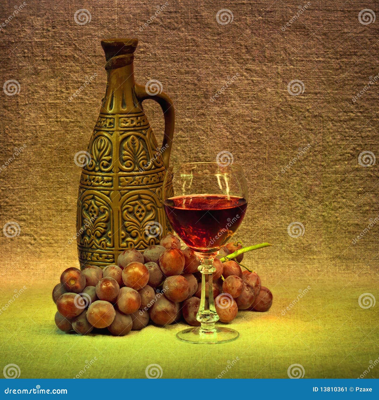 Donker Stilleven - kleifles, glas en druiven