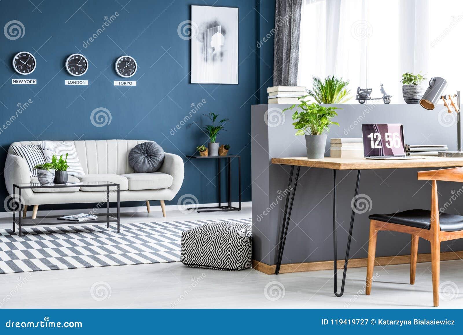 Donkerblauw woonkamerbinnenland met drie klokken, eenvoudige affiche,