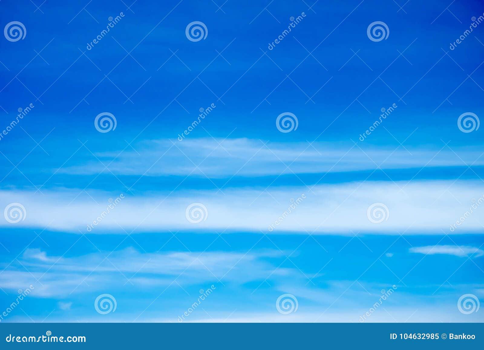 Download Donkerblauwe Hemelachtergrond Met Witte Wolken Stock Afbeelding - Afbeelding bestaande uit vochtigheid, niemand: 104632985