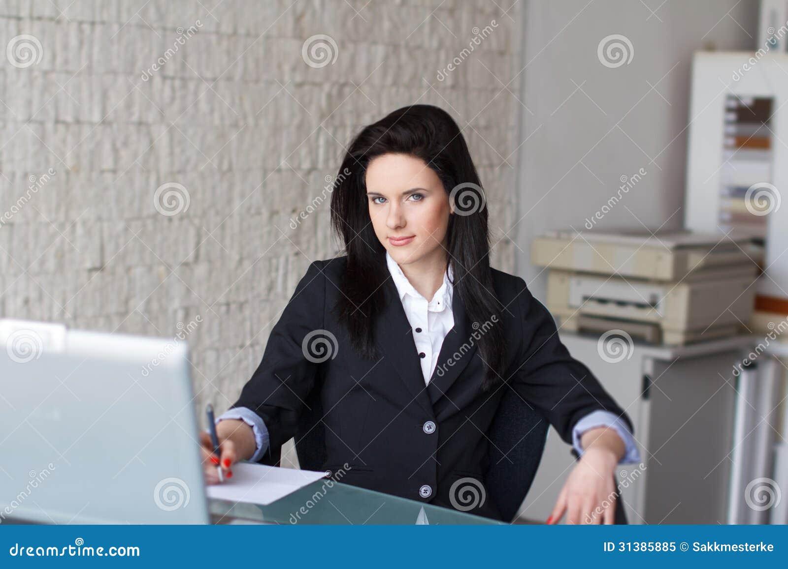 Donkerbruine secretaresse die document ondertekenen