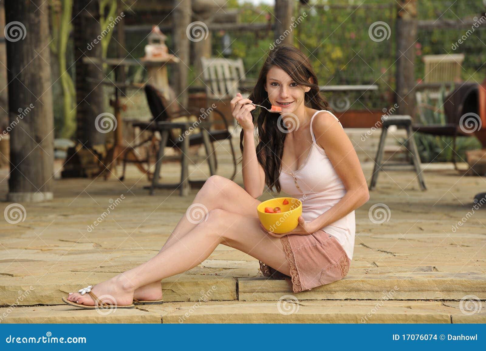 Donkerbruine Tiener met Gezonde Snack