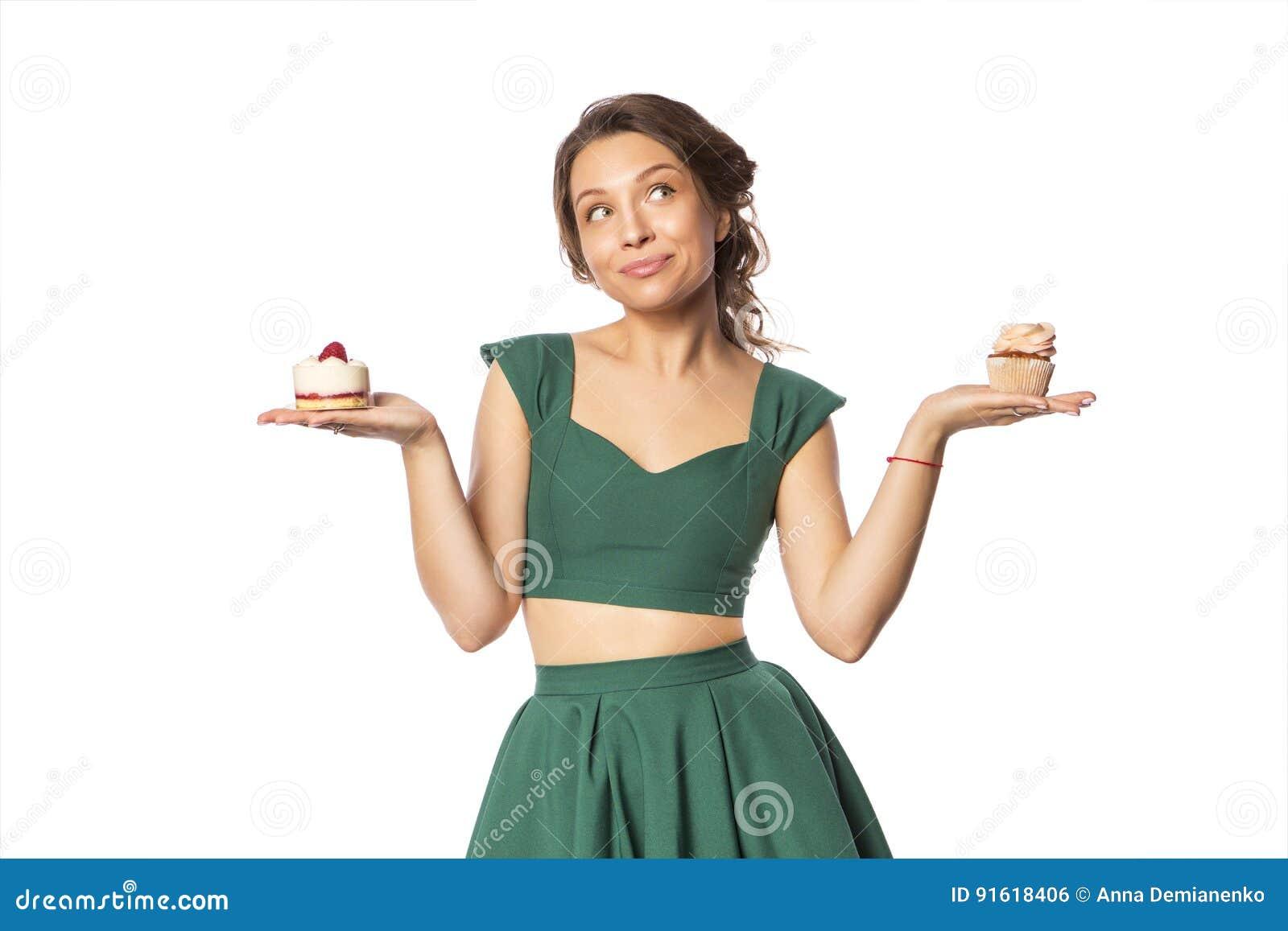 e18d876ae01465 Donkerbruine vrij mooie Kaukasische vrouw in groene feestelijke kleding