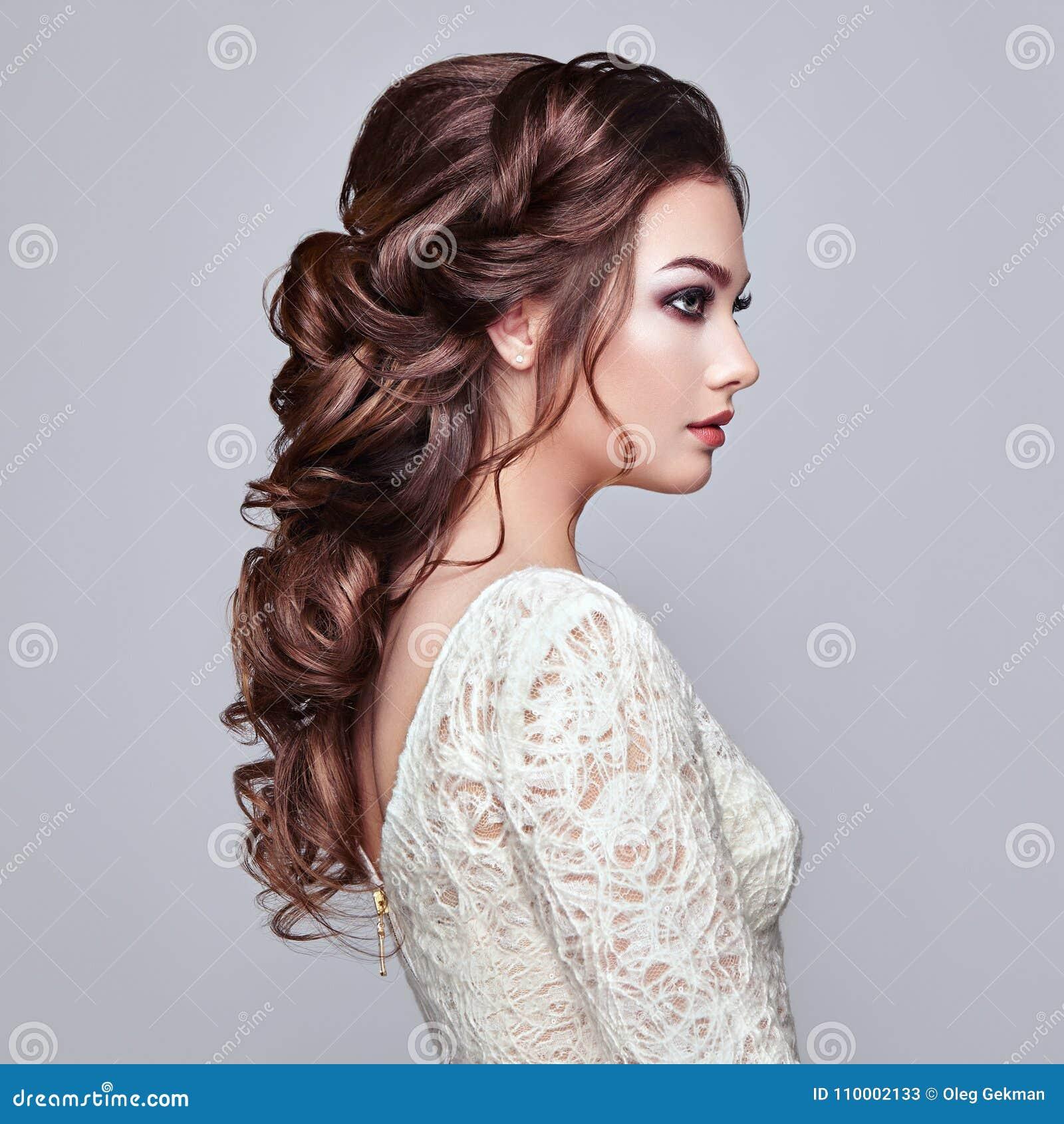 Donkerbruine vrouw met lang en glanzend krullend haar