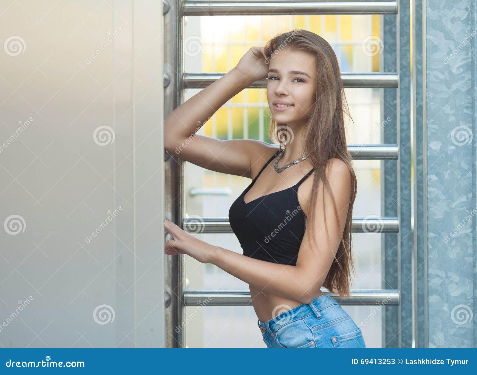 Donkerbruine vrouw op straat