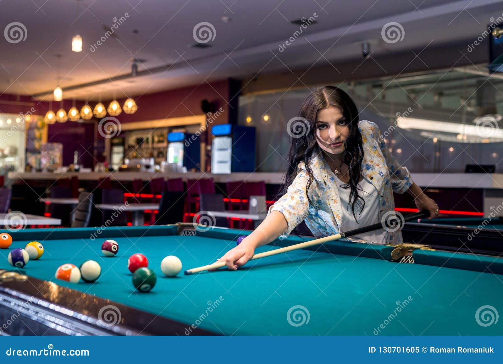 Donkerbruine vrouwen speelbiljart in bar