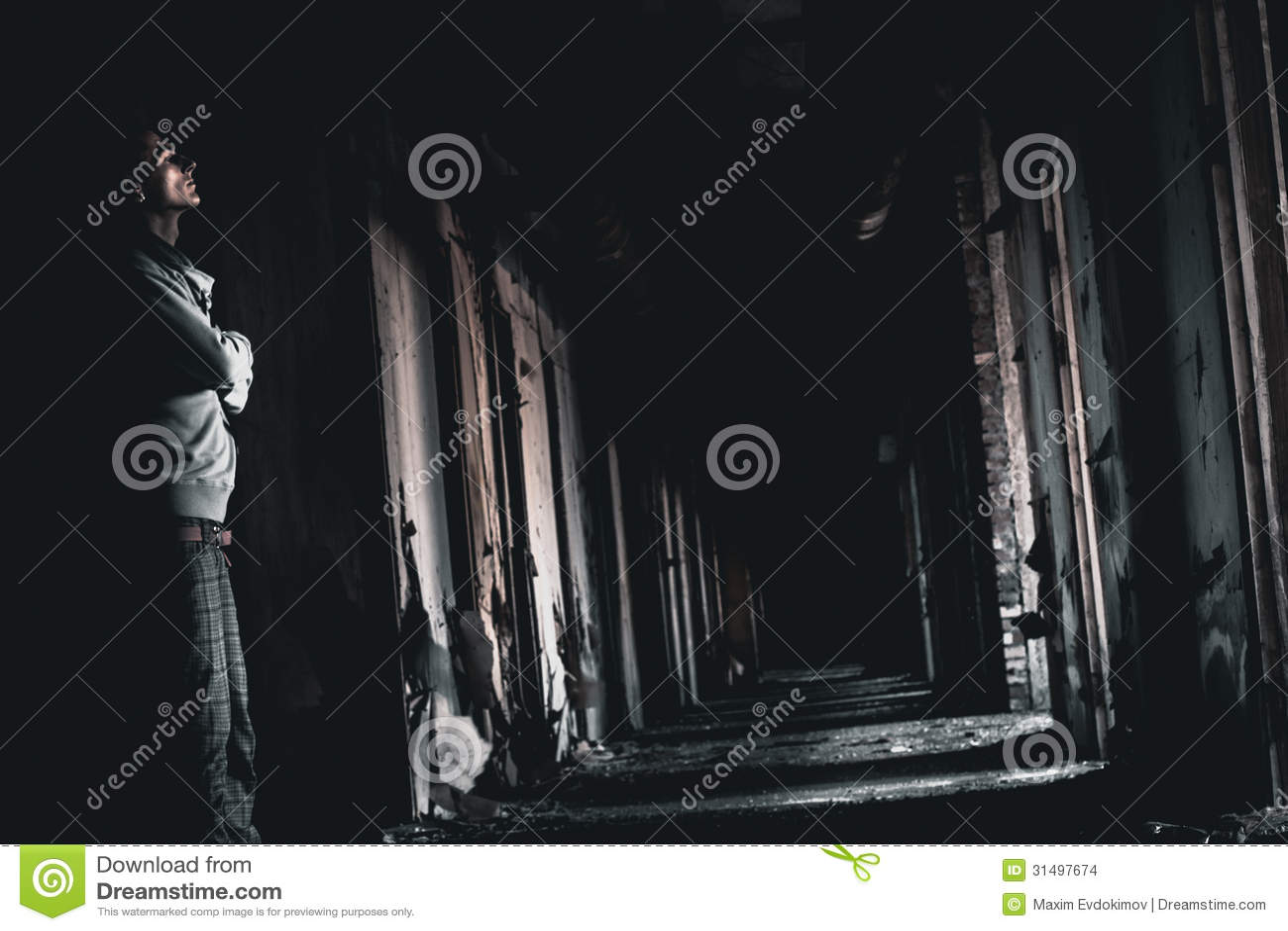 Donkere gang en de man stock afbeeldingen afbeelding 31497674 - Idee schilderij gang ingang ...