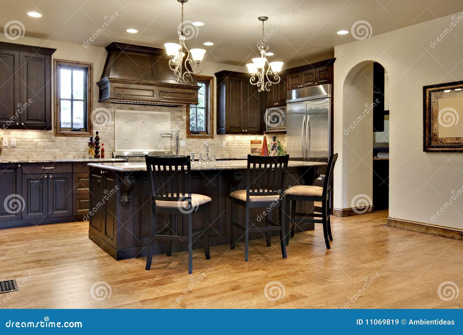 Donkere houten keuken met de tellers van het graniet royalty vrije ...