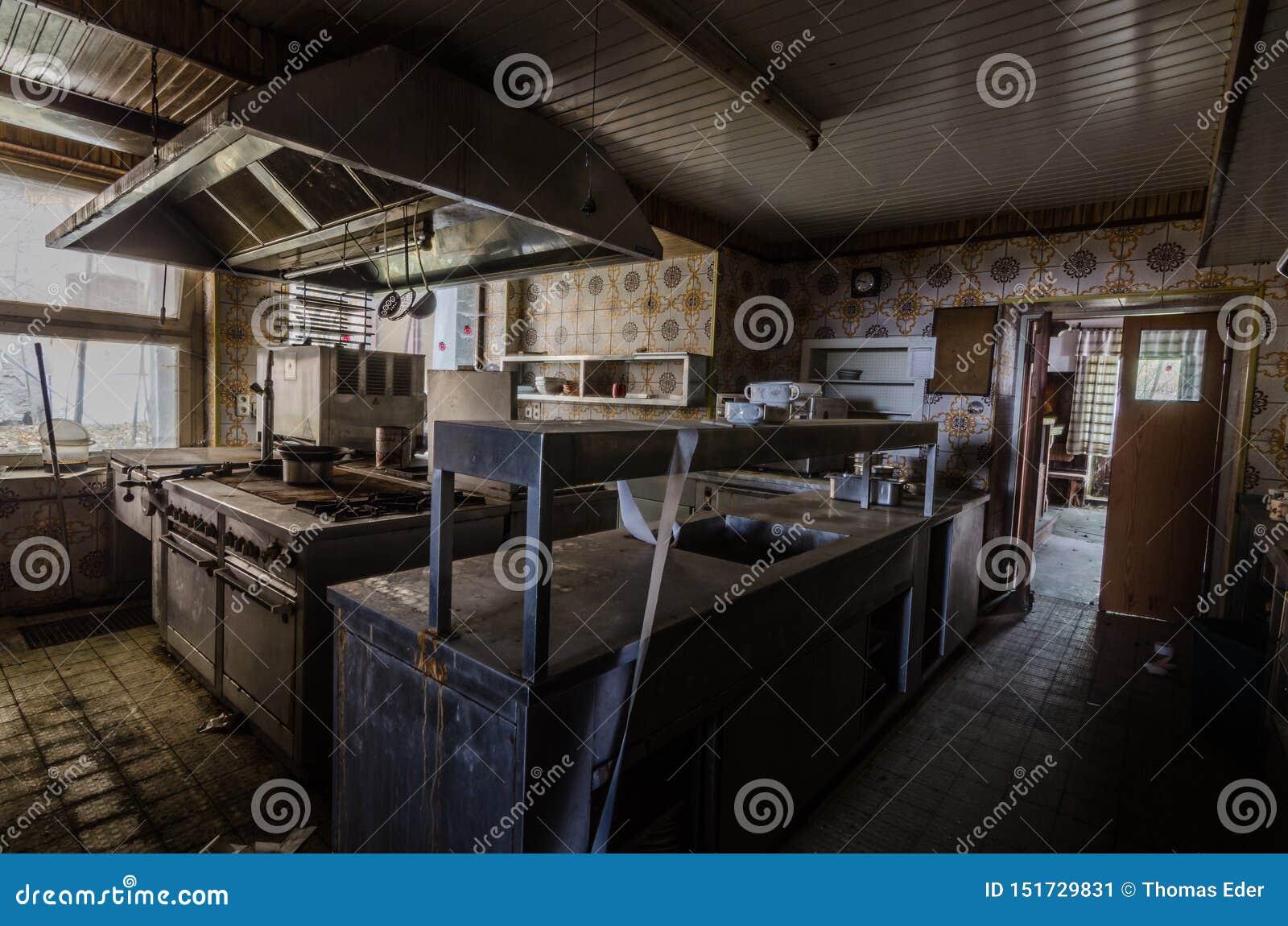 Donkere keuken in oud gasthuis