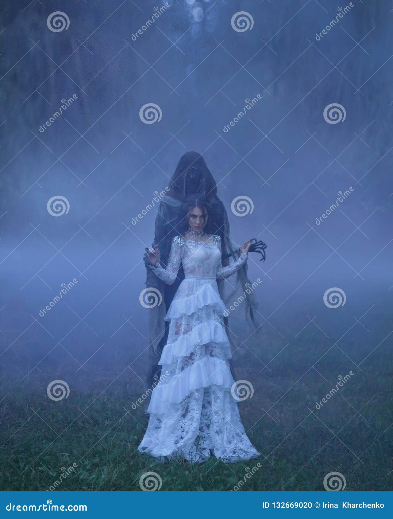 Donkere Koningin met keurig kapsel in een witte uitstekende kleding en een zilveren halsband, die zich in een boshoogtepunt van d