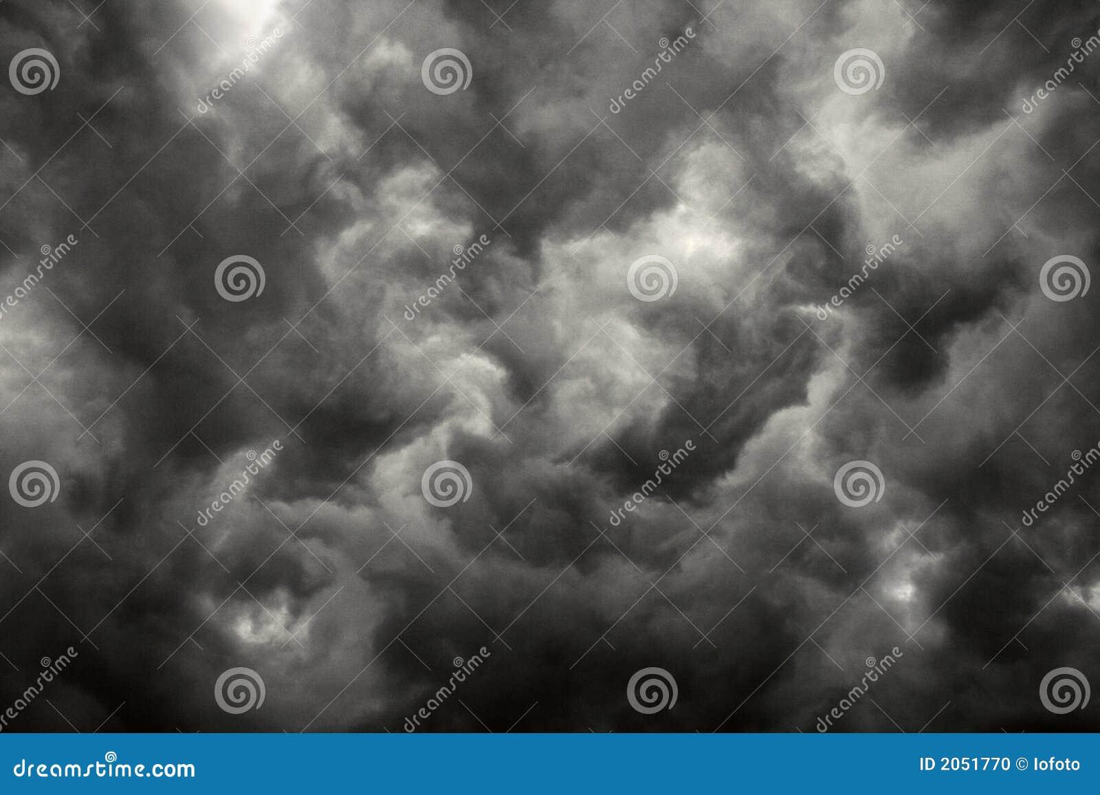 Donkere onweerswolken.