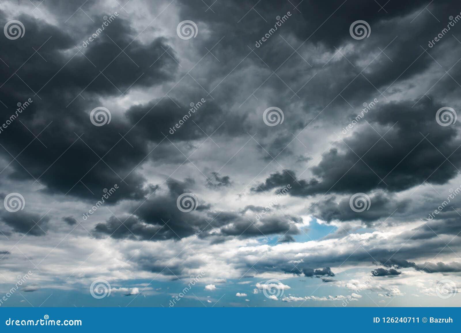 Donkere onweerswolken op de hemel