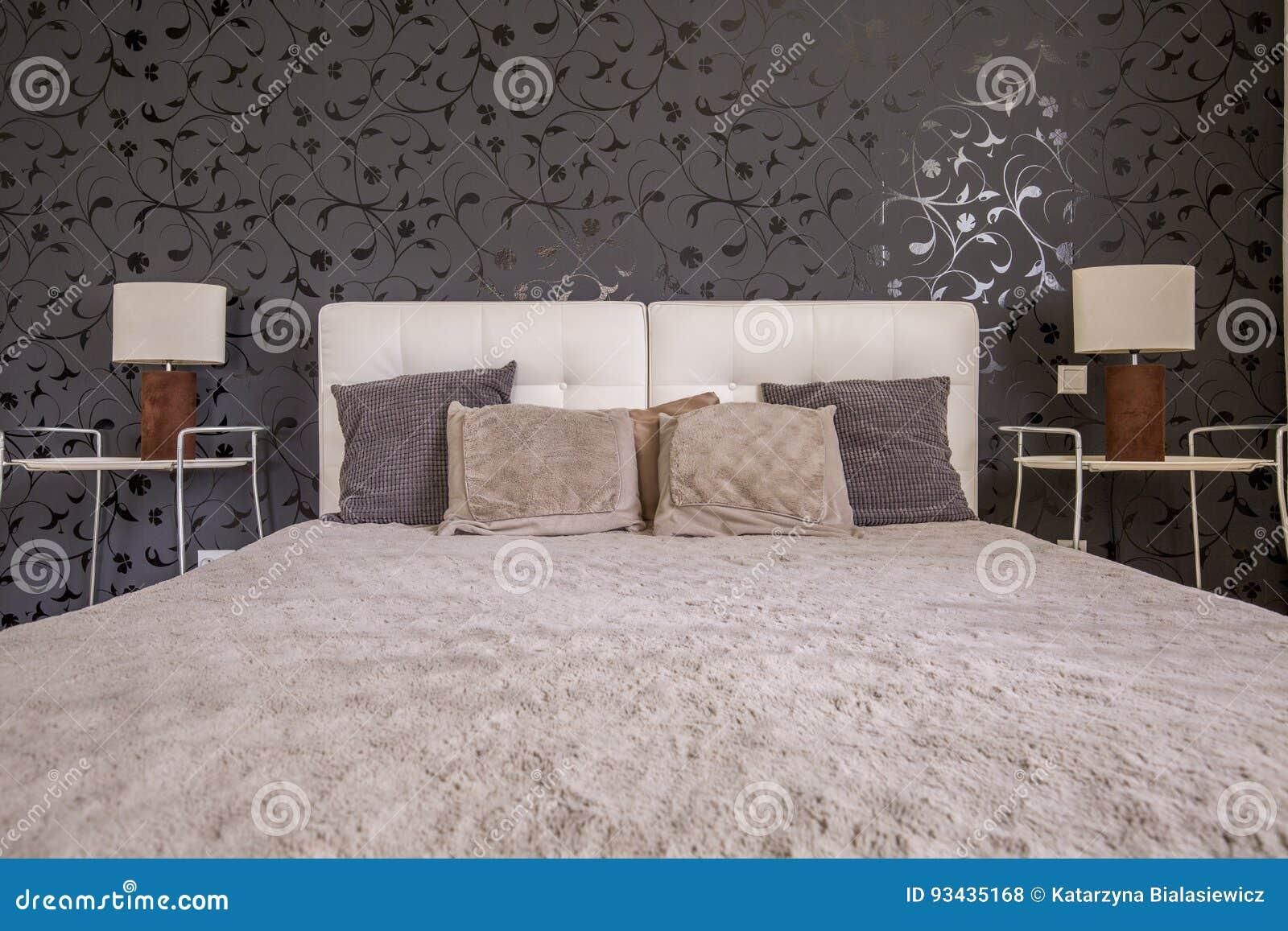 donkere slaapkamer met tweepersoonsbed