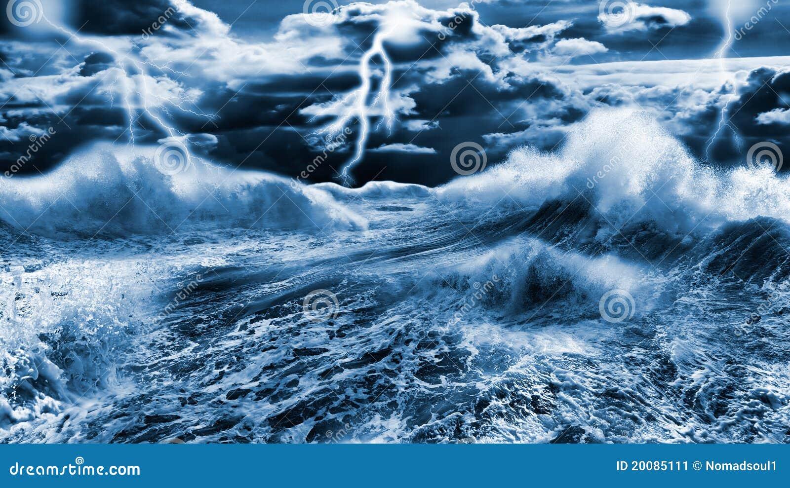 Donkere stormachtige overzees