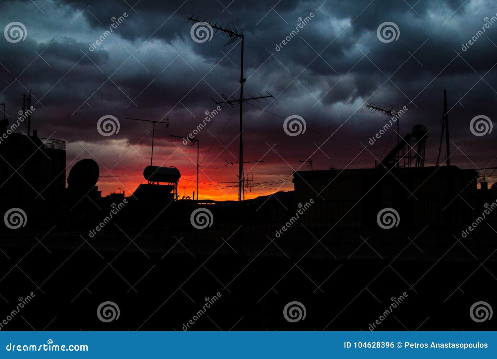 Download Donkere Wolken Over De Stad Stock Foto - Afbeelding bestaande uit cityscape, stad: 104628396