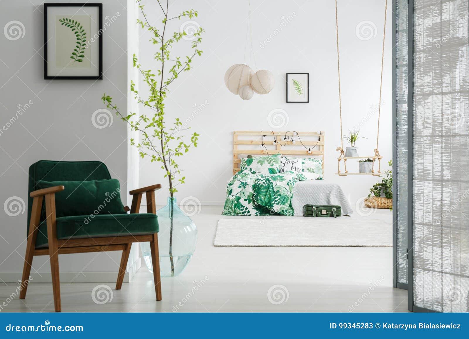 donkergroene stoel in slaapkamer