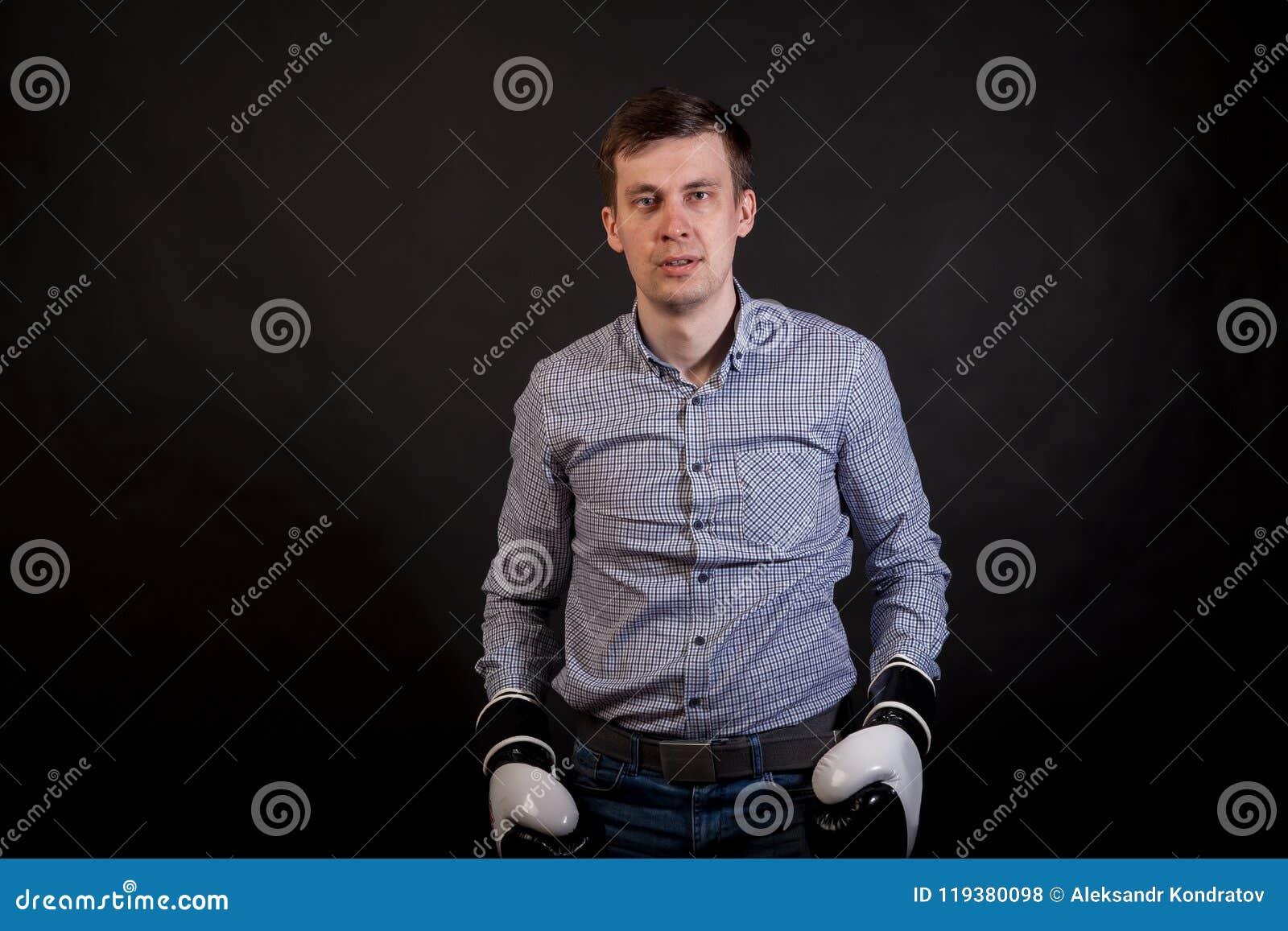 Donkerharige in een plaidoverhemd met bokshandschoenen op zijn handen