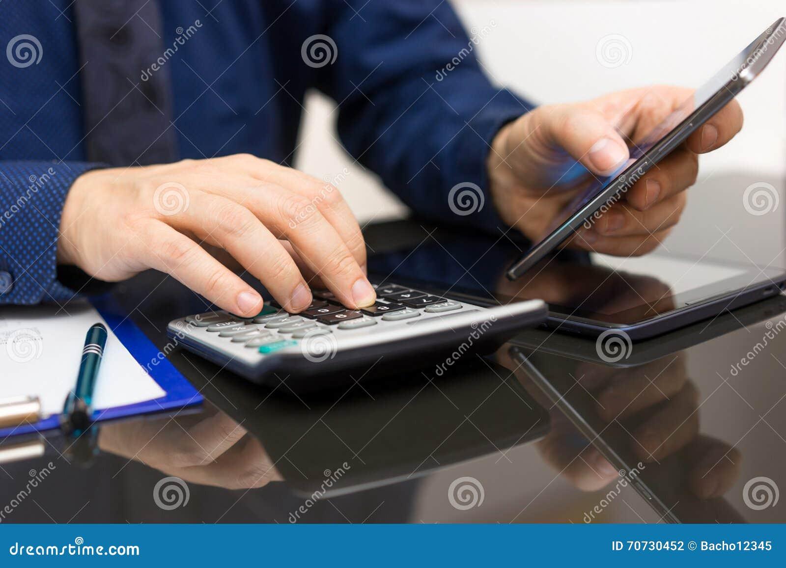 Données d Analyzing Business d homme d affaires sur le téléphone et le calcula futés