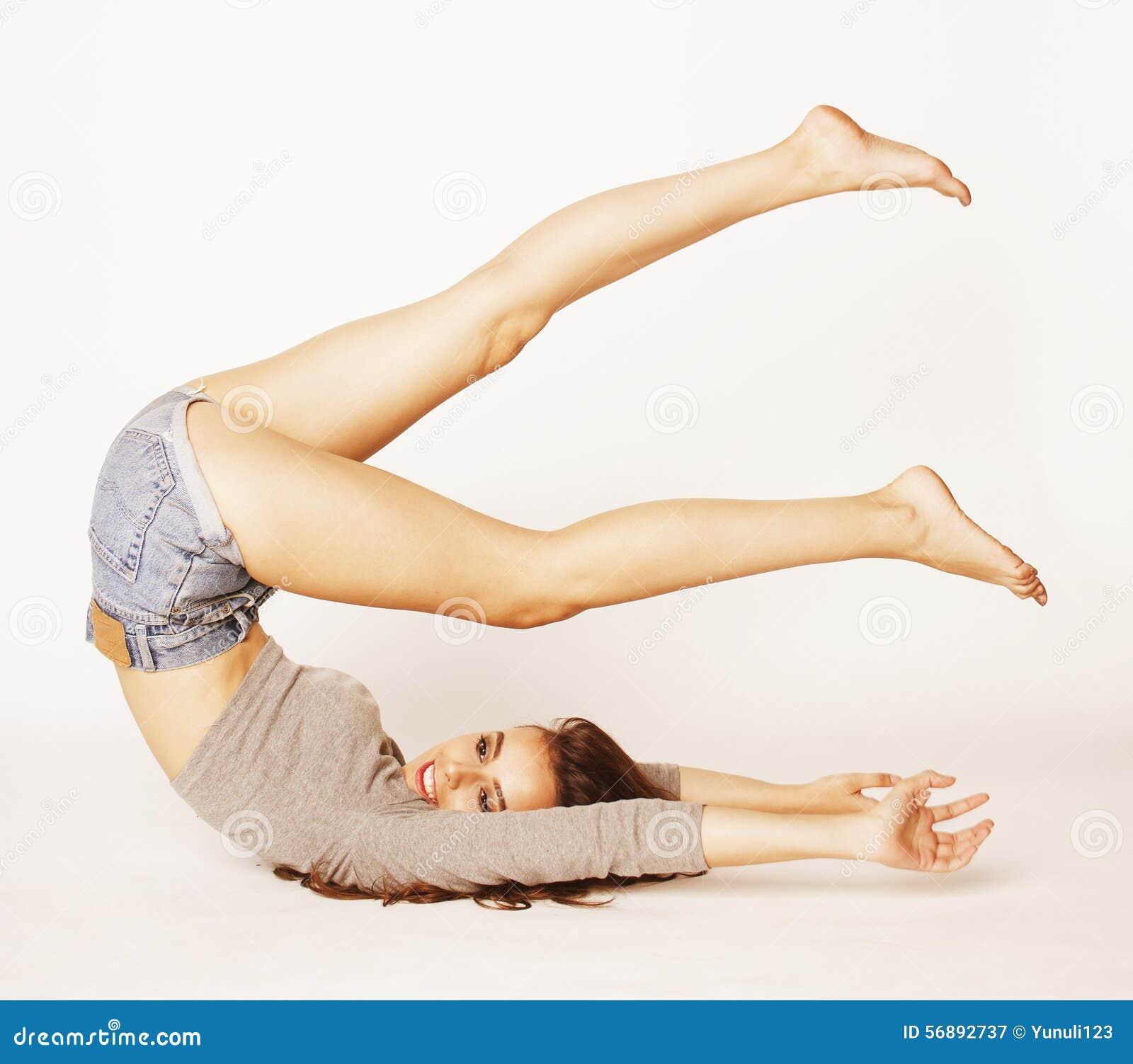 Donna abbastanza castana dei giovani gambe all aria sopra