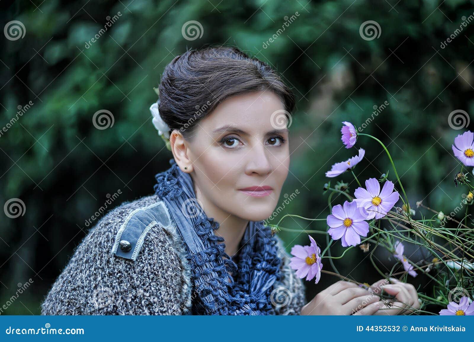 Donna accanto ai fiori