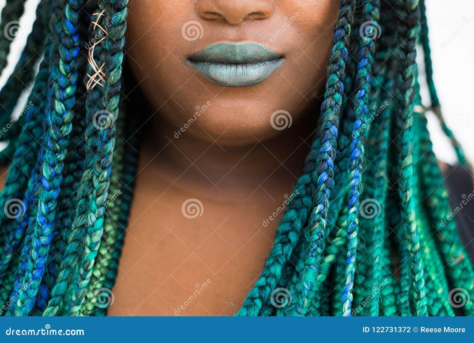 Donna afroamericana con bello Teal Green Blue Braids