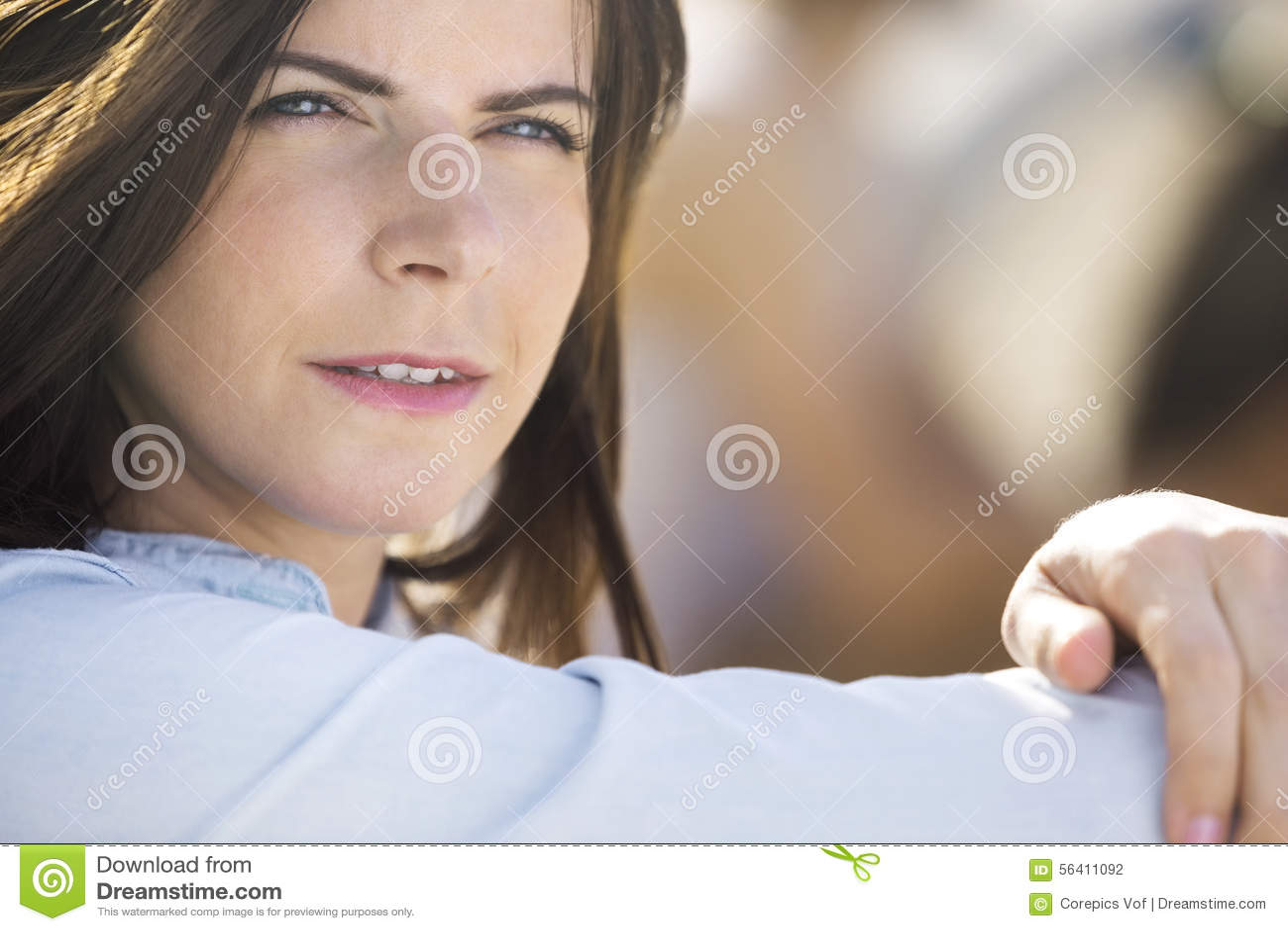 Donna all aperto premurosa