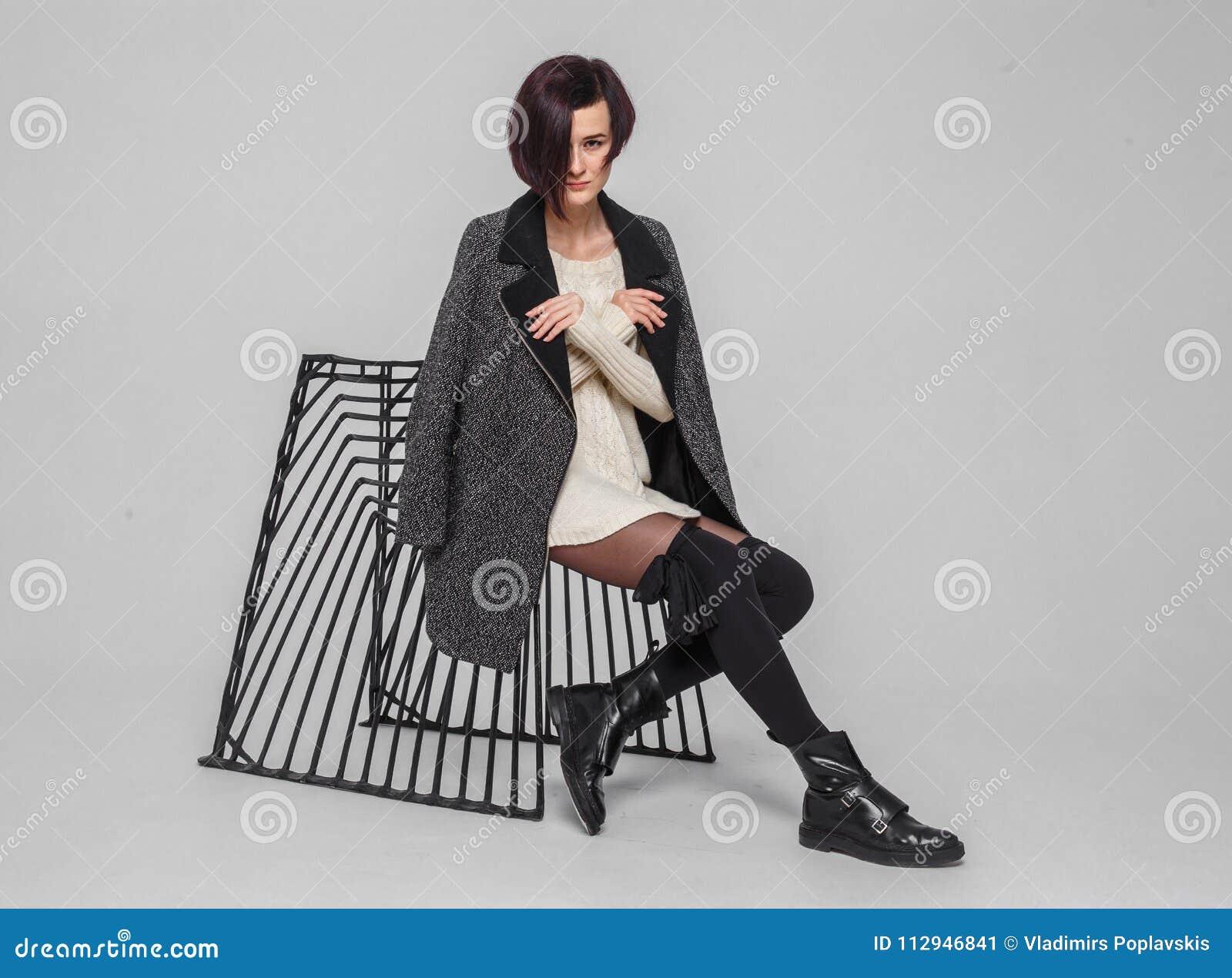 Donna Alla Moda Con Breve Taglio Di Capelli Immagine Stock ...