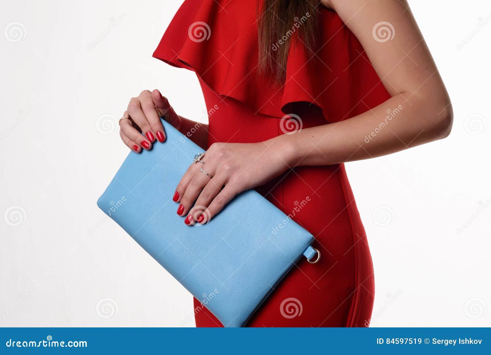 e0ca6b2c57b0 Donna Alla Moda Con Una Borsa Blu E Un Vestito Da Sera Rosso ...