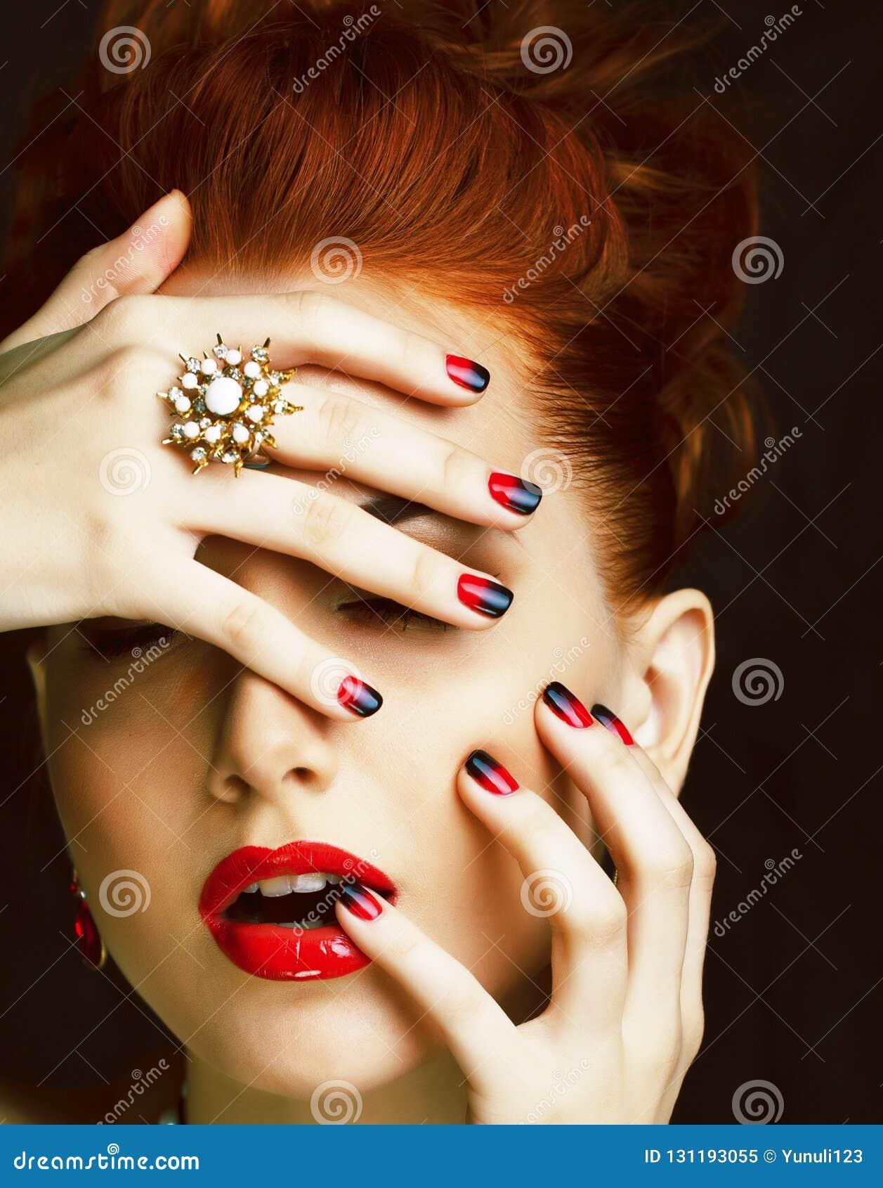 Donna alla moda della testarossa di bellezza con i gioielli d uso dell acconciatura