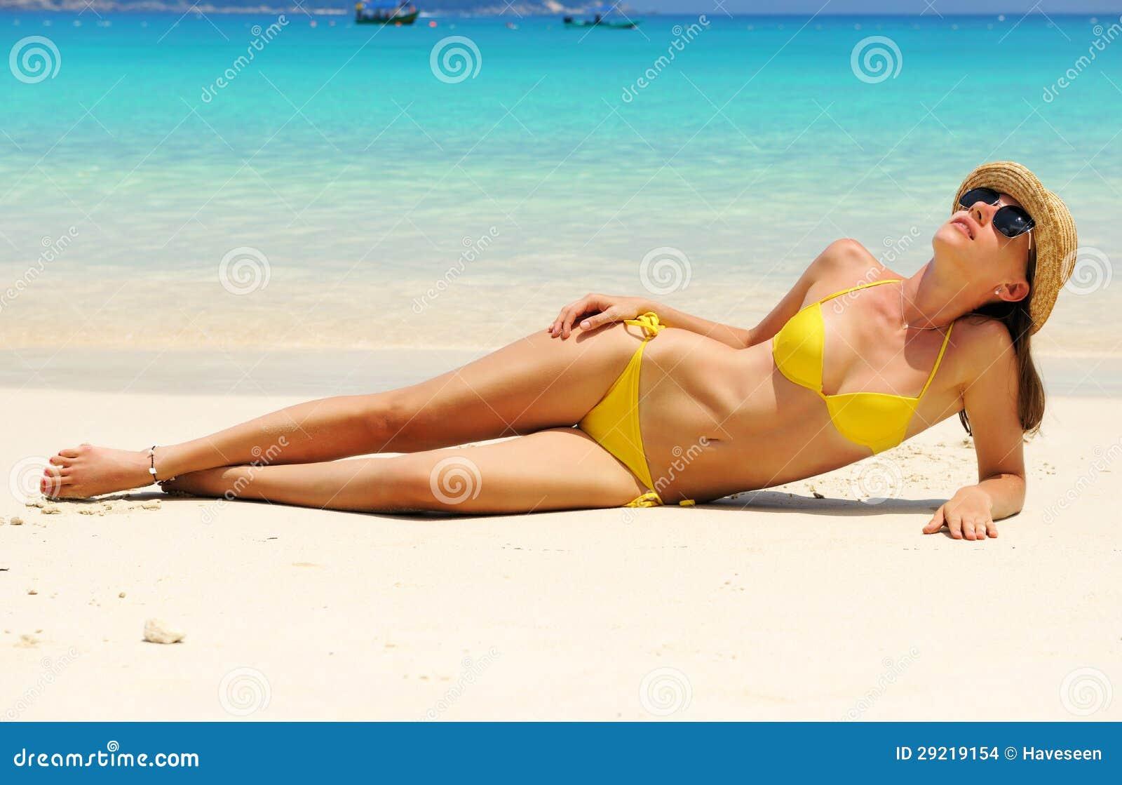 Donna alla spiaggia