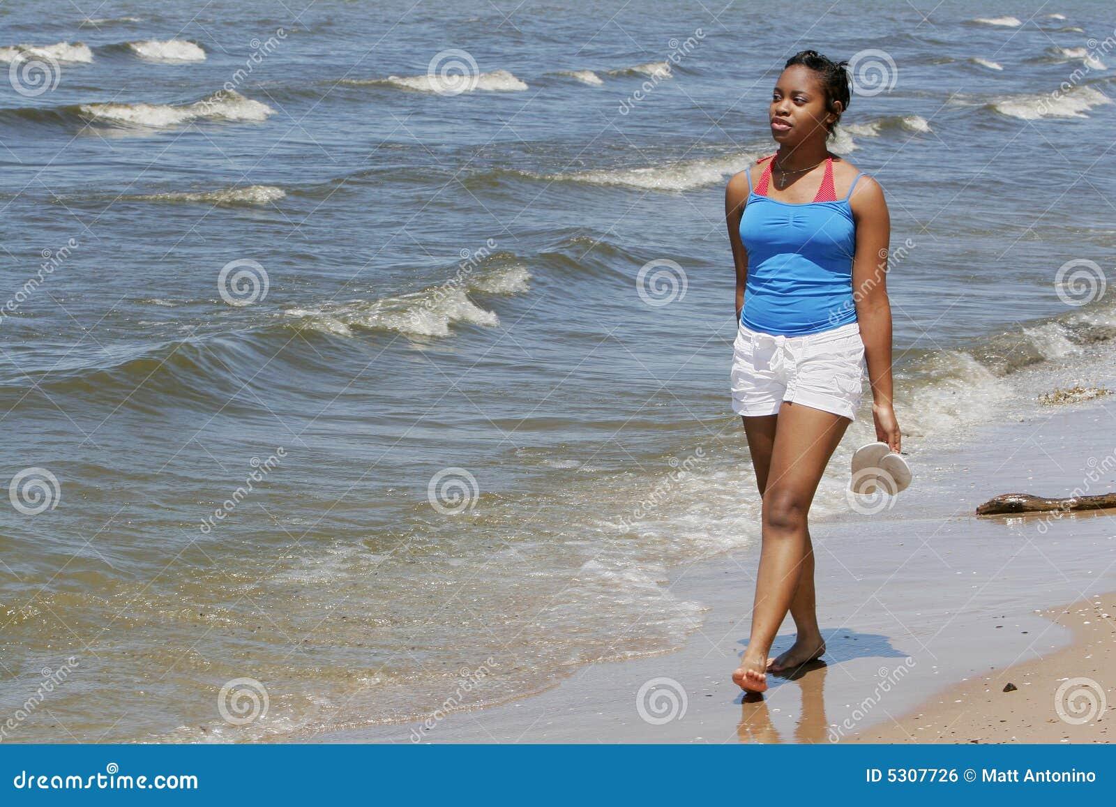 Download Donna alla spiaggia fotografia stock. Immagine di bello - 5307726