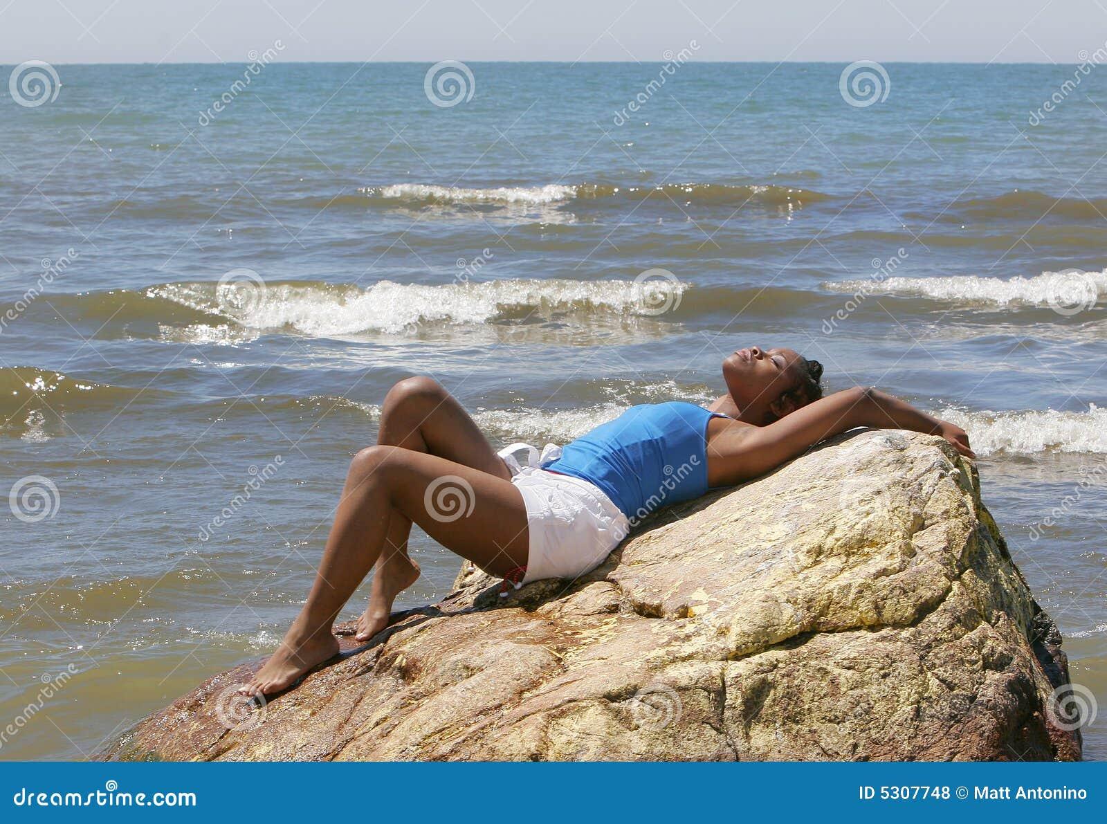 Download Donna alla spiaggia fotografia stock. Immagine di pacifico - 5307748