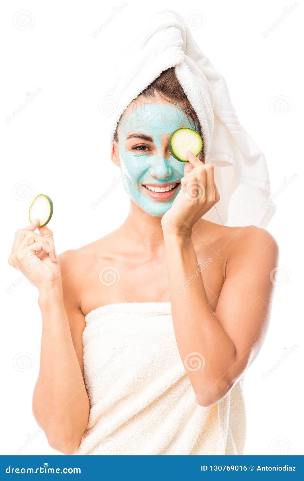 Donna allegra che ha trattamento facciale