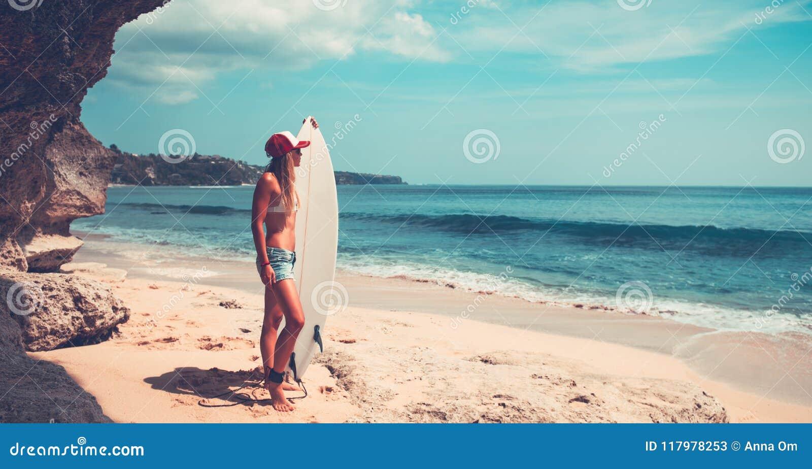 Download Donna allegra con il surf immagine stock. Immagine di divertimento - 117978253