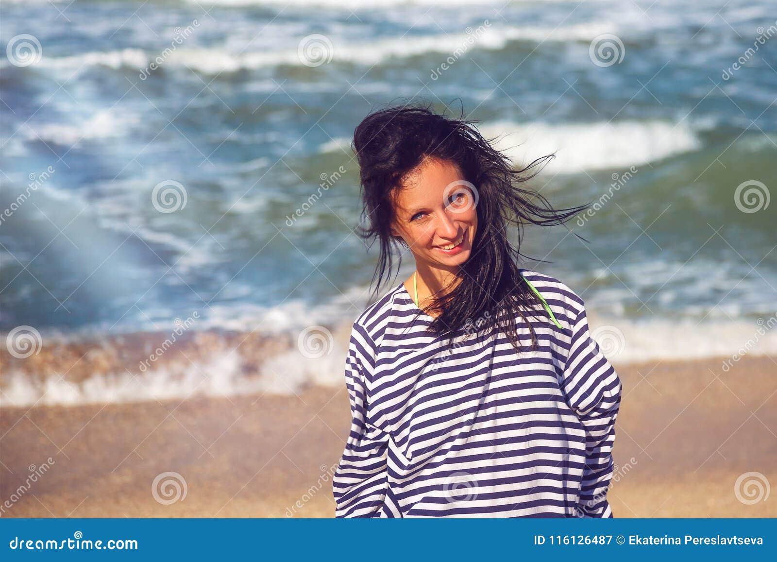 Donna allegra sulla spiaggia, bello ritratto