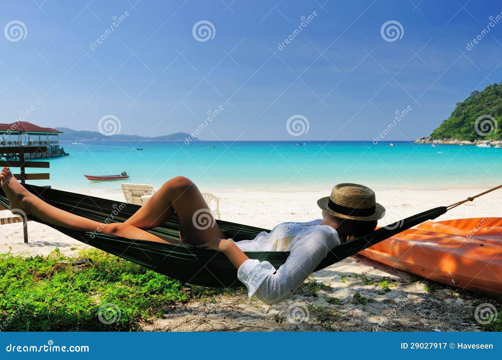 Donna in amaca sulla spiaggia