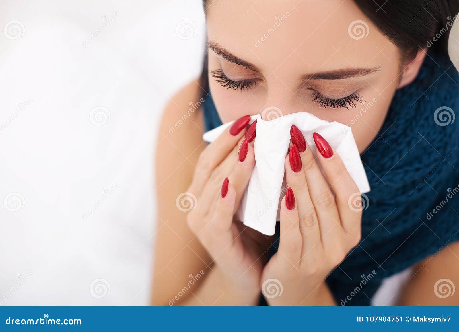 Donna ammalata flu Freddo catturato donna Starnutendo nel tessuto