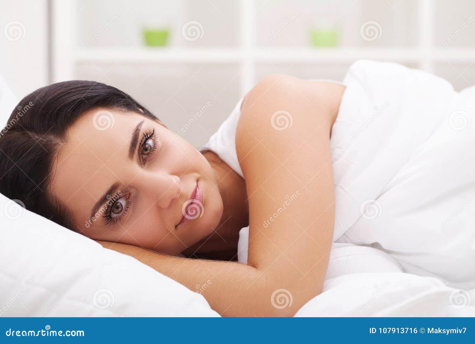 Donna ammalata flu Ragazza con la menzogne fredda nell ambito di una tenuta generale a